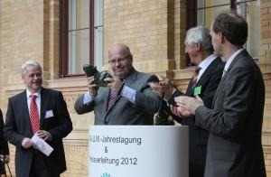 """""""Das erste Mal, dass ein Hippo einen Hippo bekommt"""" - Peter Altmaier über sein Geschenk des B.A.U.M. e.V., (c) ET-Media, Wagner"""