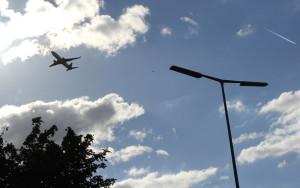Flugzeug über dem Reinickendorfer Kurt-Schumacher-Platz, eine der Einflugschneisen des TXL, (c) Foto: Frank M. Wagner